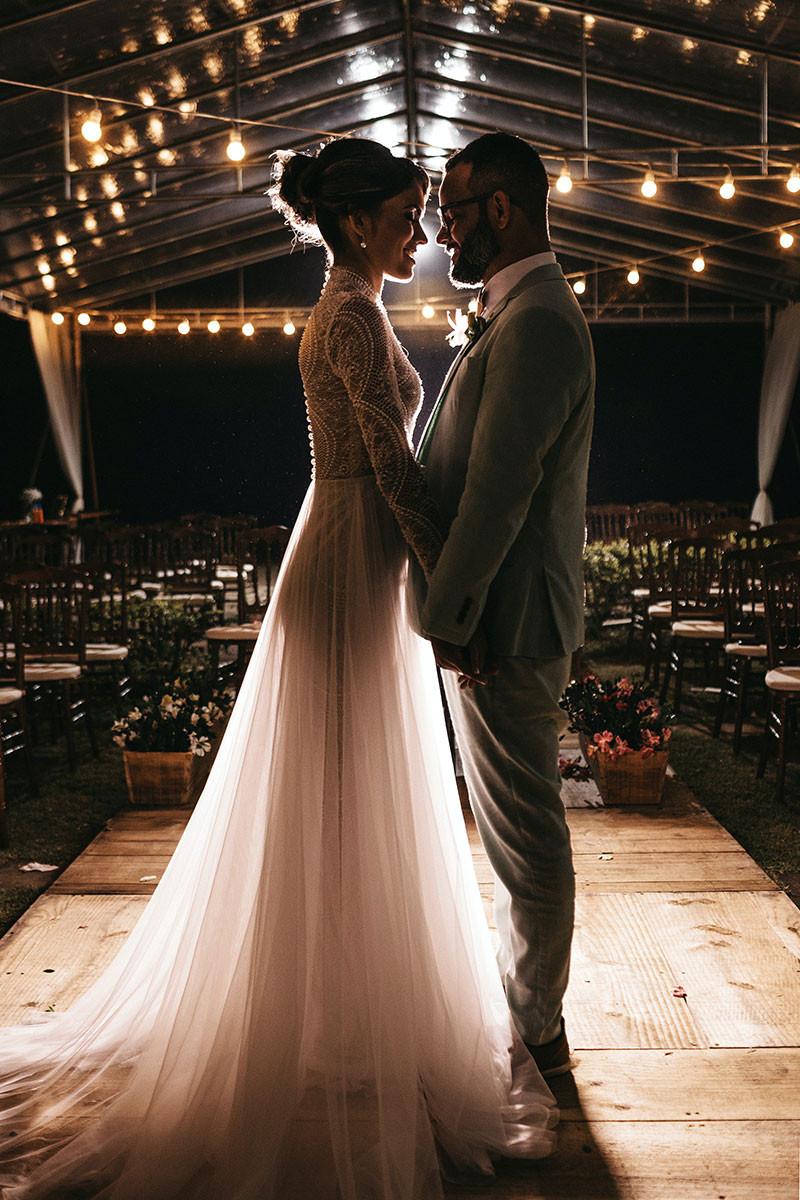 noivos sozinhos no elopement wedding noturno
