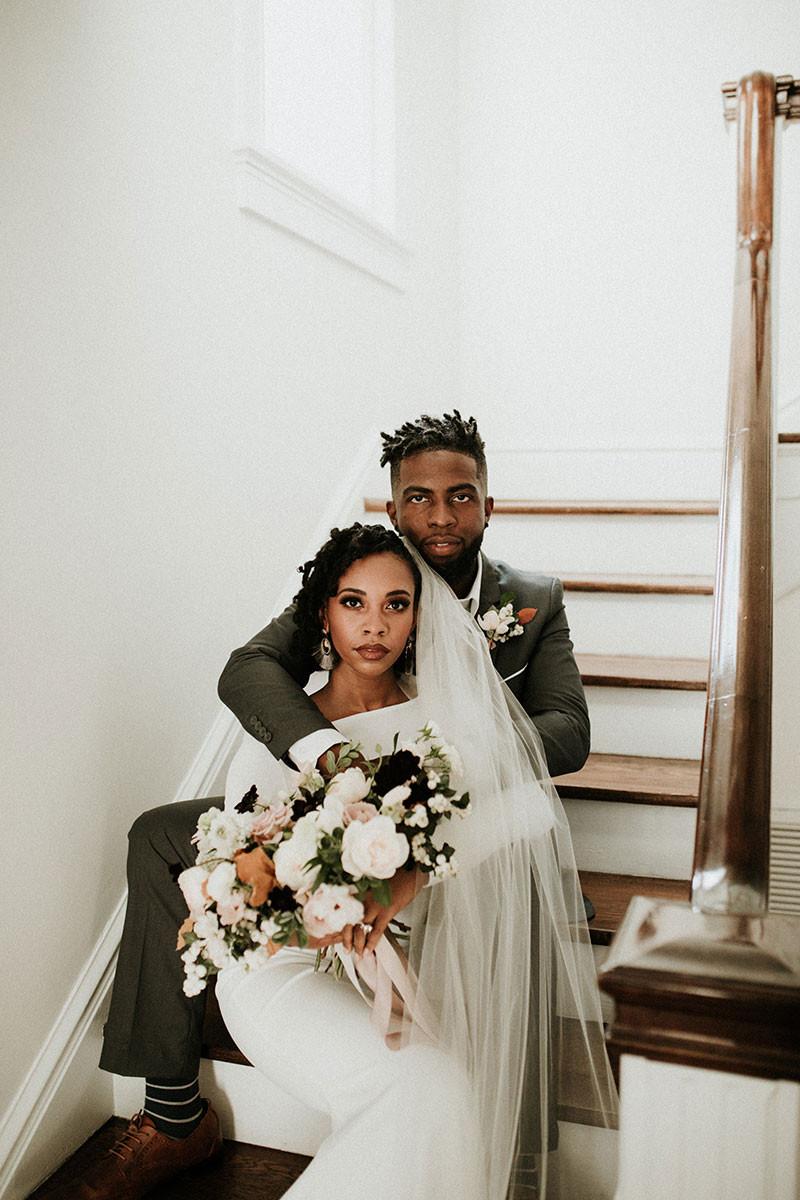 noivos na escada depois de um casamento em casa