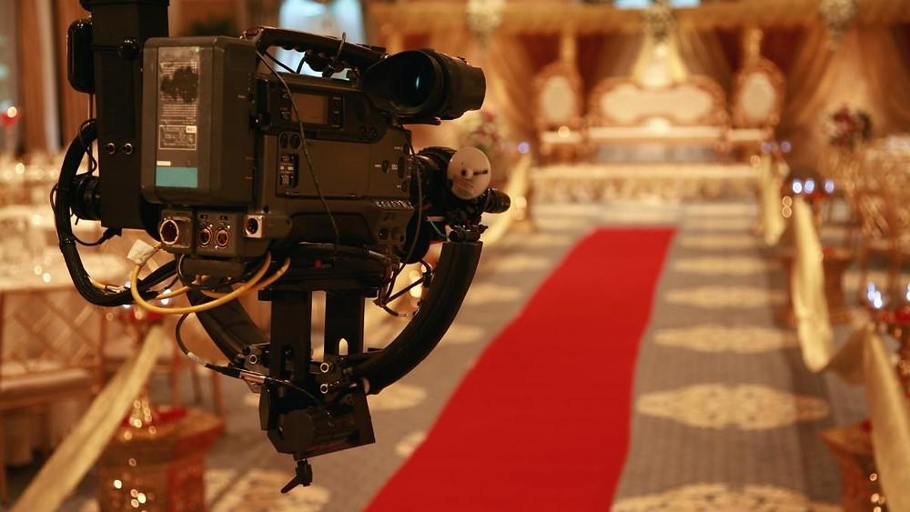 transmissão de casamento ao vivo através de uma câmera filmadora.