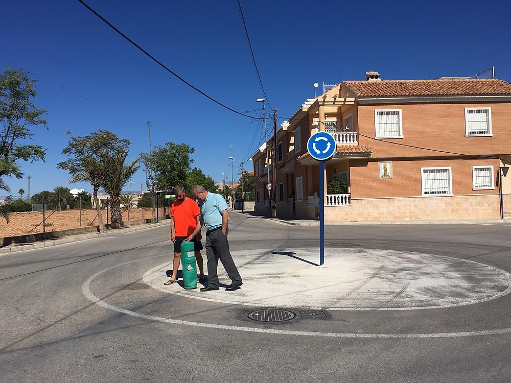 Pepe Hernández y Jacinto Romero, en la rotonda de acceso a Virgen del Camino