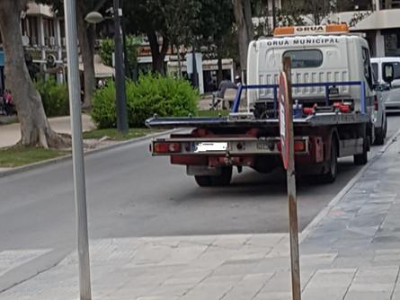 El Ayuntamiento llega tarde y provoca que el servicio de grúa municipal se preste sin contrato