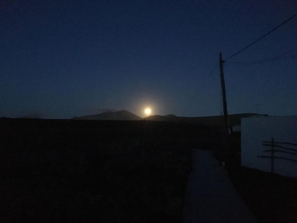 Der Mond geht über Bergen auf
