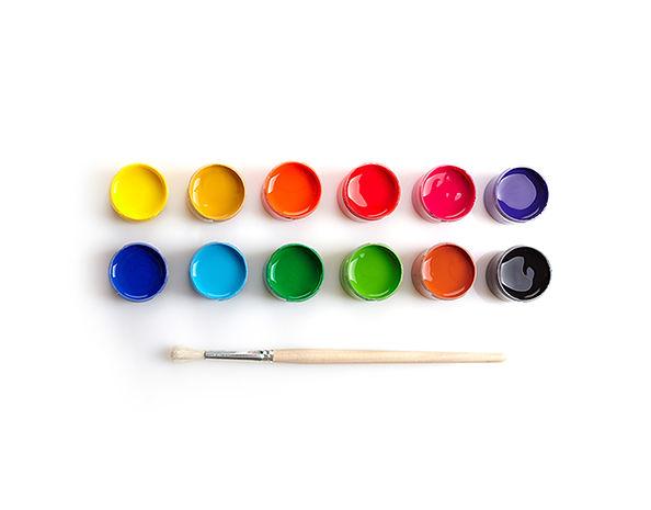 Farbtöpfe und Pinsel