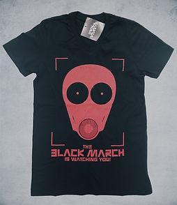 """Kiváló minőségű, fekete színű unisex póló. Elején élénk piros színű, kopás és mosás álló ,szitázott szimbólum látható, ami a DFW zenekar """"The Black March"""" című slágerének ikonikus emblémája. Hátul a nyakánál kis méretben, piros színben a Down for whatever név látható. Anyaga: 90%pamut, 10% elasztán. Enyhén sztreccs."""
