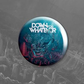 """A kitűző 32mm kör átmérőjű, fém hátuljú fekete alapú, rajta a Down for Whatever zenekar """"Zuhanás"""" című albumának borítóképe látható."""