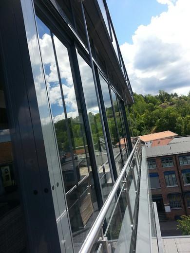 Hagestue i herdet glass og aluminium