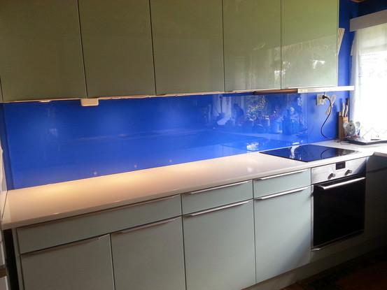 Lakkert glass over kjøkkenbenken