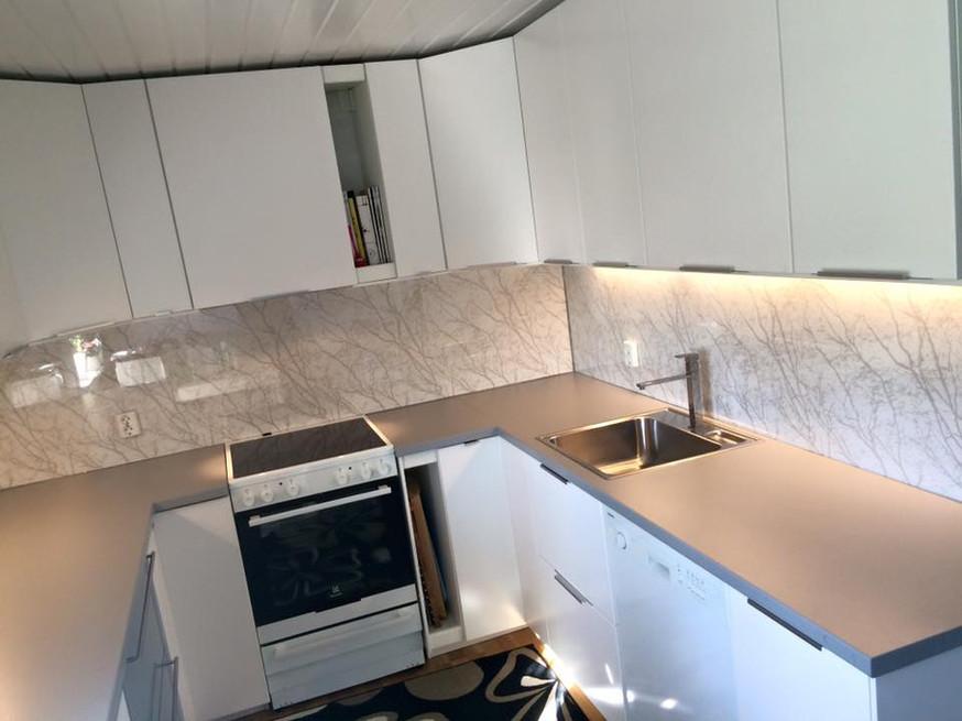 Klart glass bak kjøkkenbenken