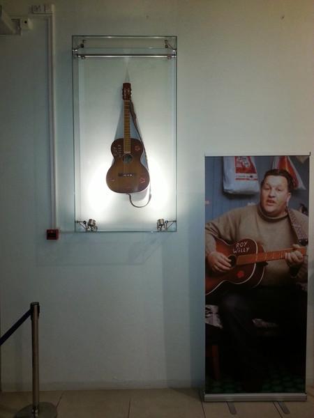 Vegghengt gitarutstilling