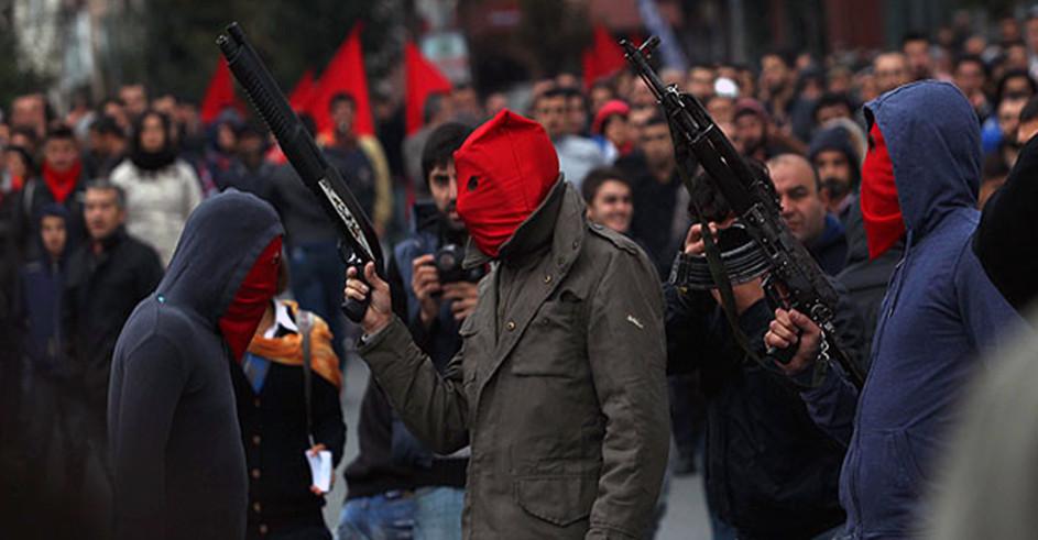 Membros do DHKP-C em homenagem a Hasan Gedik no bairro de Golsoyu