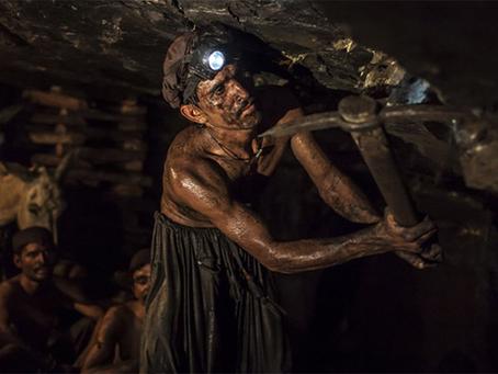"""""""Trabalhadores protestam contra as mortes por minas de carvão no Paquistão"""""""