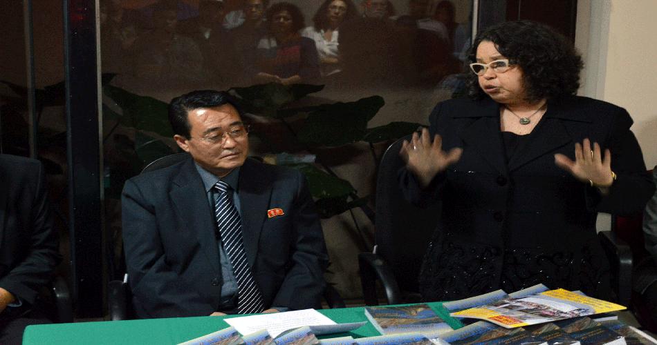 A tradutora das Memórias de Kim Il Sung, Rosanita Campos, fala no evento
