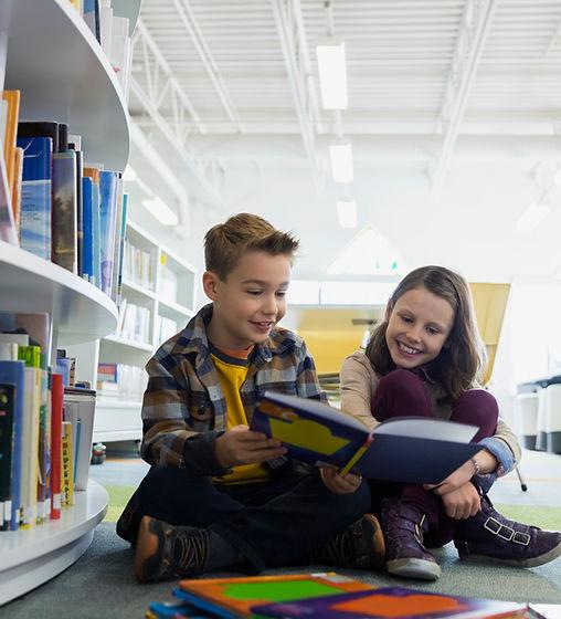 Adolescents à la bibliothèque