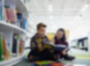 Adolescentes na biblioteca