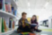 Jugendliche in der Bibliothek