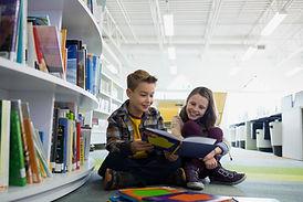 Tenåringer i biblioteket