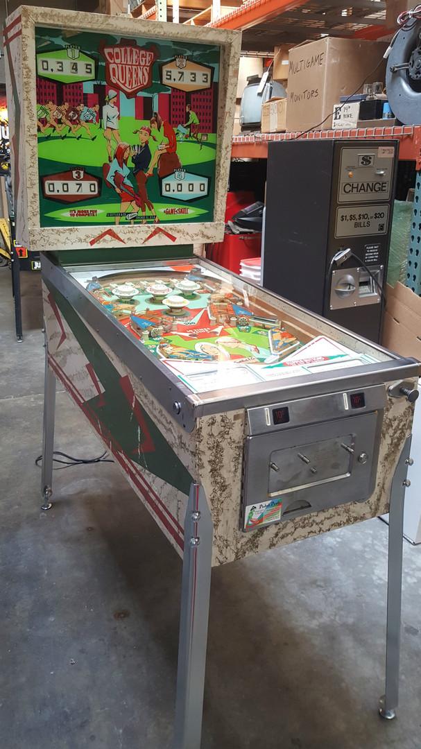 College_Queens-pinball-machine-03.jpg