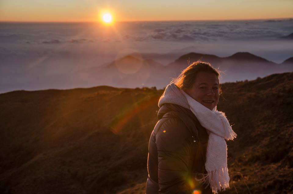 Ce week-end, j'ai eu la chance d'observer l'un des plus beaux lever de soleil au monde. Levée tôt, après 3h de route de Cusco, je suis arrivée au village de Paucartambo dans la région de Cusco et à la frontière de l'Amazonie et du parc national de Manu. Arrivée sur place, juste le temps de se faire un petit café, j' »ai pu admirer avec mes amis,  le lever du soleil splendide de Tres Cruces. Perché à 4 000 m d'altitude, nous observons de ce balcon d'une vue exceptionnelle sur la forêt amazonienne. C'est à juste titre qu'il se dit, que le lever du soleil, qui émerge soudain de son lit de nuage, est le plus beau du continent sud-américain.