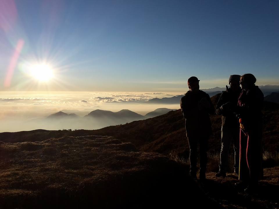 Paucartambo  Ce week-end, j'ai eu la chance d'observer l'un des plus beaux lever de soleil au monde. Levée tôt, après 3h de route de Cusco, je suis arrivée au village de Paucartambo dans la région de Cusco et à la frontière de l'Amazonie et du parc national de Manu. Arrivée sur place, juste le temps de se faire un petit café, j' »ai pu admirer avec mes amis,  le lever du soleil splendide de Tres Cruces. Perché à 4 000 m d'altitude, nous observons de ce balcon d'une vue exceptionnelle sur la forêt amazonienne. C'est à juste titre qu'il se dit, que le lever du soleil, qui émerge soudain de son lit de nuage, est le plus beau du continent sud-américain.