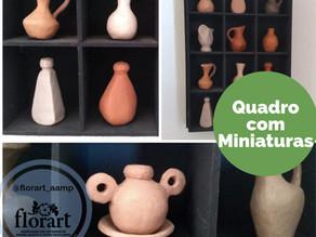 Quadro com peças de cerâmica em miniatura