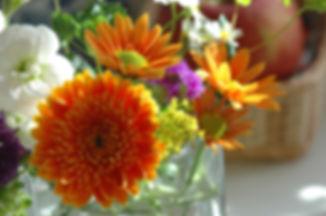 すっきり片づいた部屋に花を飾ろう