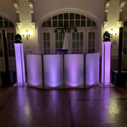 DJ Alex Finger - Beleuchtete Fassade mit Towern
