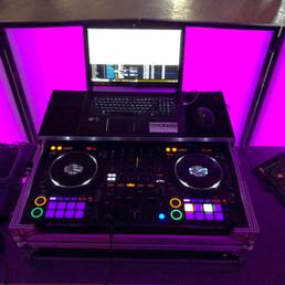 DJ Alex Finger - DJ-Technik hinter dem DJ-Pult mit DJ-Controller, Funk-DMX-Lichtsteuerung und Funkmikrofon