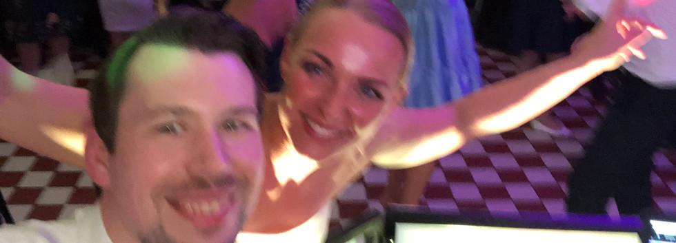 Hochzeit im Restaurant Pferdestall Zeche Zollern DJ Alex Finger Braut hat Spaß.jpg