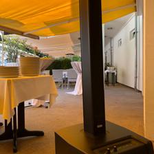 DEzent platziertes Säulensystem DJ Hochzeit Outdoor.jpg