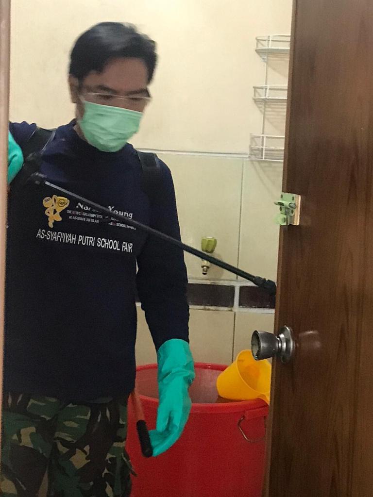 Penyemprotan disinfektan oleh Pengasuh Pesantren