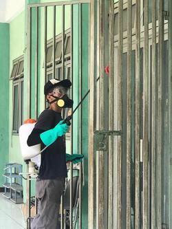 Penyemprotan disinfektan oleh para petugas kebersihan Pesantren