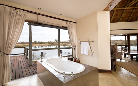 Bath at our master room at Weaver's Nest Lodge