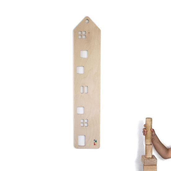 מד גובה מעץ בצורת בניין וידיים בונות מגדל קוביות עץ