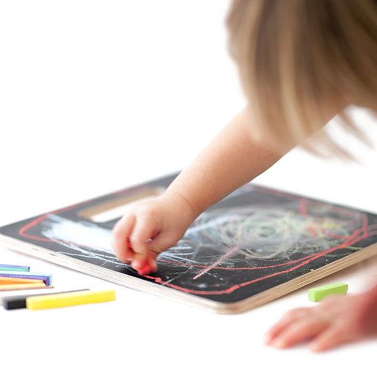 ילד מצייר על לוח גיר שחור