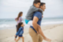 Família em uma praia