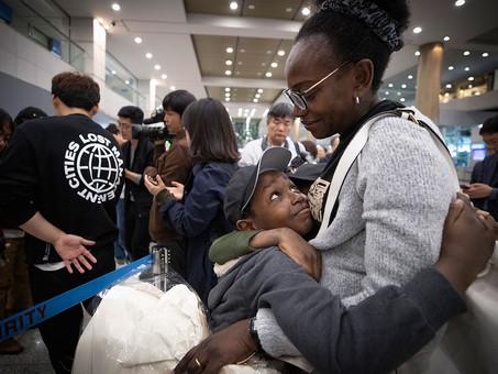 [시사IN] 공항 난민 루렌도 가족, 287일 만에 입국