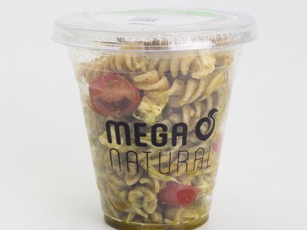 Salada de Fusilli Integral ao Pesto com Tomate e Minas Frescal no Copo