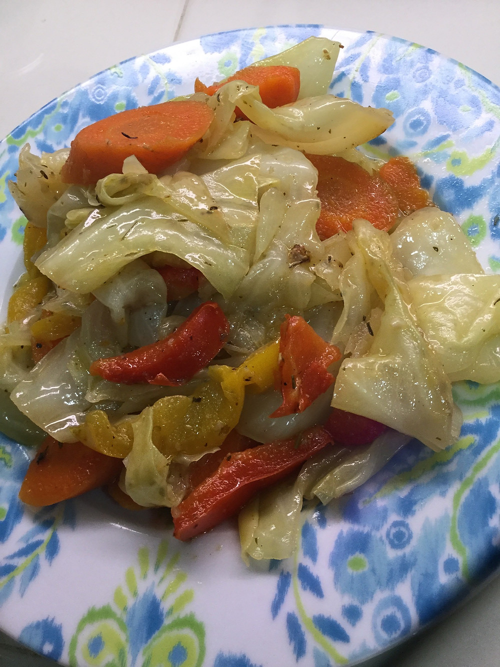 Cabbage seasoned with oregano, carrots, red and yellow peppers.
