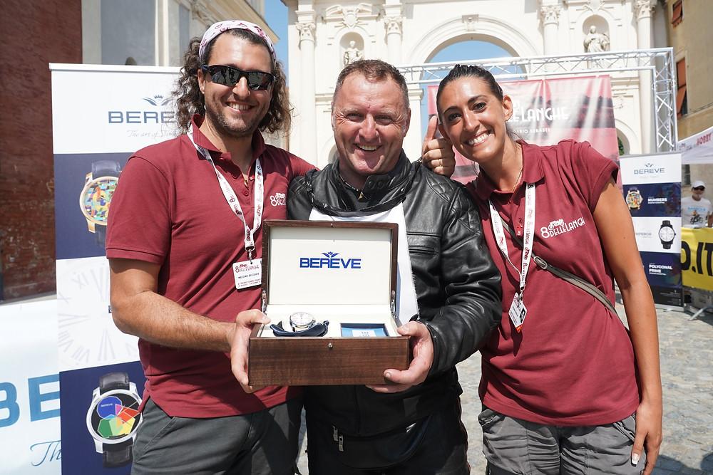 Massimo Sartoretti premiato come vincitore dell'8 delle Langhe con un orologio Bereve