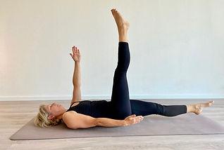 Claudia Keyer zeigt eine Pilates Basic Übung im Pilatesstudio Elbflow in Geesthacht
