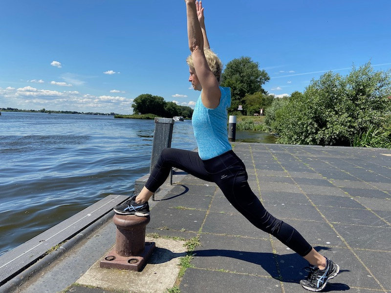 Fitnesstrainerin Claudia Keyser macht Fitness Übungen an der Elbe