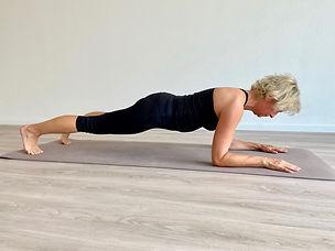 Claudia Keyer trainiert Rückenfitness im Gymnastikstudio Elbflow in Geesthacht