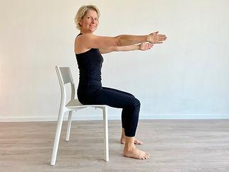 Claudia Keyser macht Stuhlgymnastik für Senioren