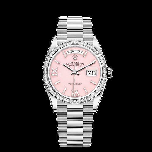Rolex DAY-DATE 128349RBR, 白色黃金錶殼, 鑲有鑽石外圈, 粉紅色鑲有鑽石錶面, 18ct金鐘點標記,鑲有32顆鑽石;18ct金羅馬數字VI及IX,鑲有24顆鑽石.