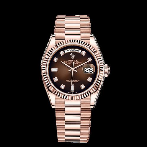 Rolex DAY DATE 128235, 永恒玫瑰金錶殼, 三角坑紋外圈, 漸變棕色鑲有鑽石錶面, 6及9鐘點標記鑲有方形鑽石.