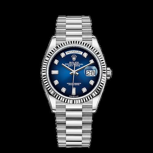 Rolex DAY DATE 128239, 白色黃金錶殼, 三角坑紋外圈,  漸變藍色鑲有鑽石錶面, 18ct金鑲托鑲有鑽石,6及9鐘點標記鑲有方形鑽石.