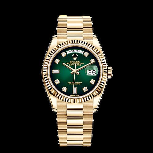 Rolex DAY DATE 128238, 黃金錶殼, 漸變綠色鑲有鑽石錶面, 三角坑紋外圈, 6及9鐘點標記鑲有方形鑽石.