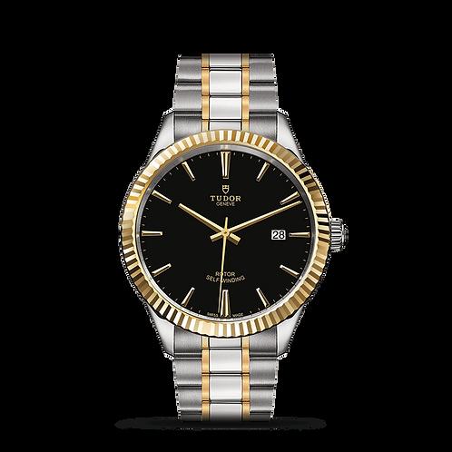 Tudor STYLE 12713, 磨光及磨砂鋼錶殼, 黑色錶面, 日曆窗位於3點鐘位置, 黃金三角坑紋外圈.