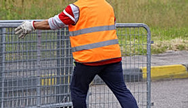 arbeitskraft-mit-orange-warnweste-bei-de