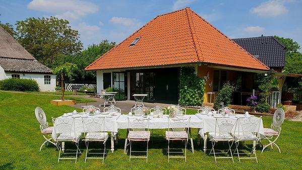 Grote tafel in de tuin.jpg